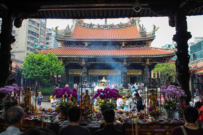 People praying and making offerings at Longshan Temple